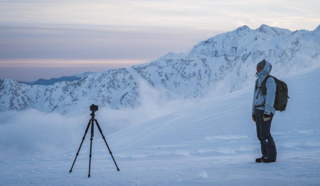 雪山と三脚カメラ