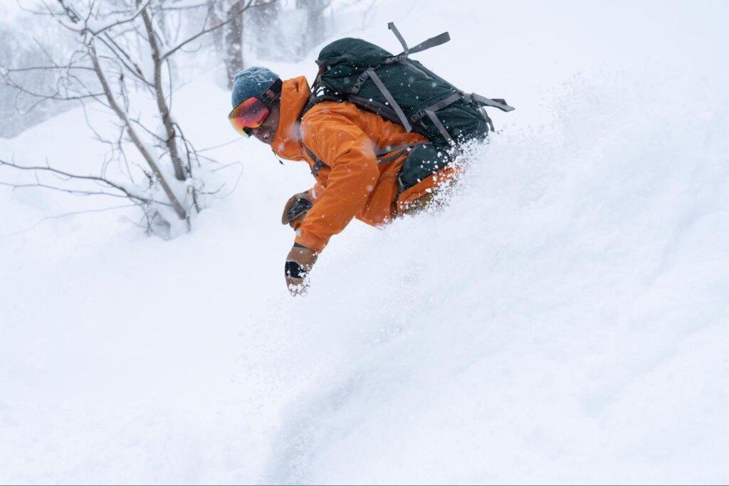 バックカントリーを楽しむスキーヤー
