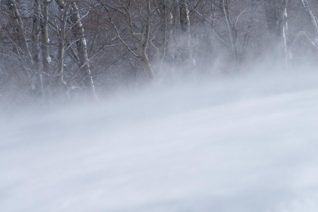 地吹雪が起こる雪山